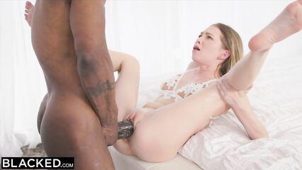 Порно негр натягивает маленькую дырочку своим огромным членом