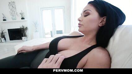 Порно мамочка учит сына траху, жадно отсасывая и подставляя киску