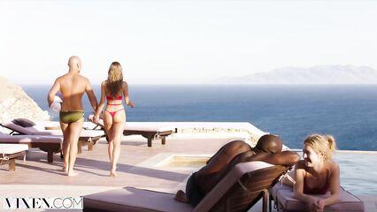 Отдых на море лишает приличий и папик устраивает порно на публике